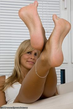 White woman naked with pretty feet
